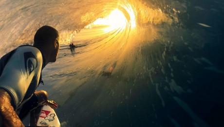 GoPro caméra dans la main d'un surfeur