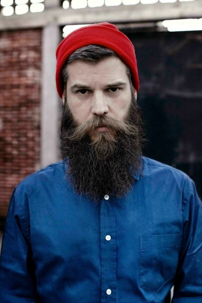 Barbe de hipster et bonnet rouge