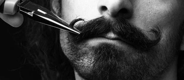 tailler sa barbe au ciseaux