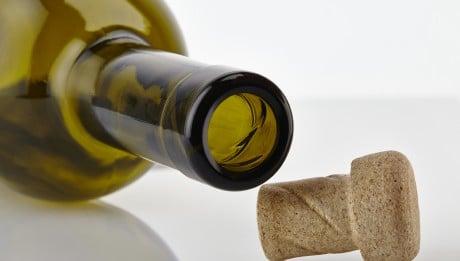 Ouvrir la bouteille de vin avec une chaussure