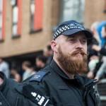 Des policiers tatoués et barbus: c'est maintenant possible