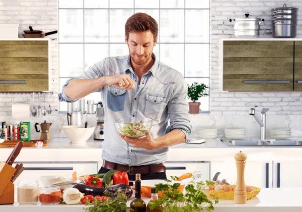 Un homme qui cuisine grâce à son application mobile