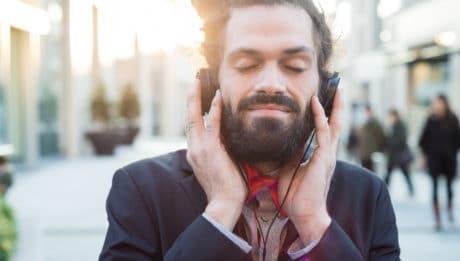 Homme écoute musique