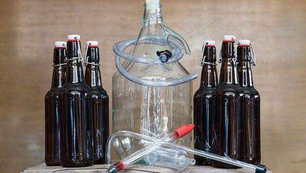 Bonbonne et bouteilles de bière fournies dans le kit de fabrication The Blgian Brewery