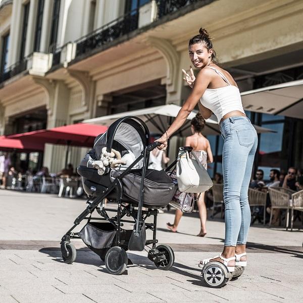 Une jeune maman en hoverboard Newshoot