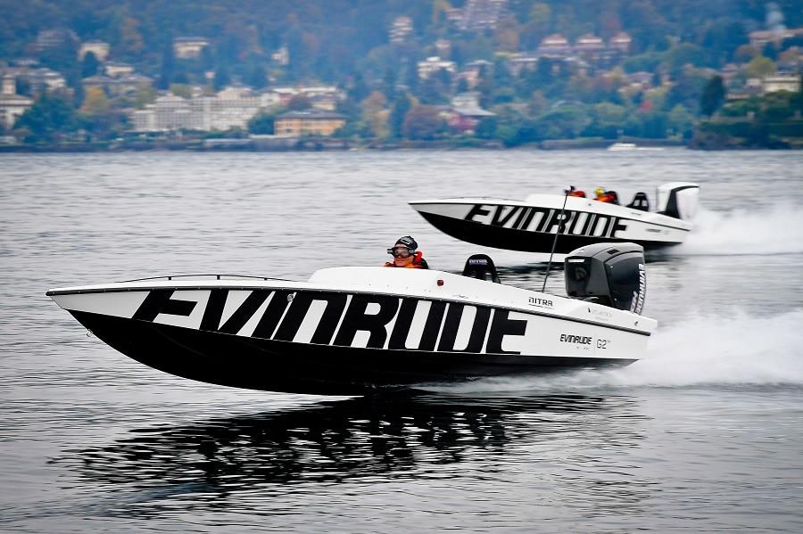 Hors-board Nitra propulsé par un moteur Evinrude