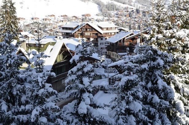 Sur les hauteur de Megève, les sapins chargés de neige fraîche