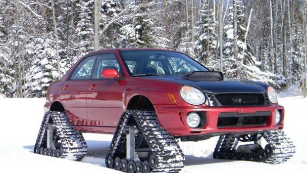 Voiture équipée pour la neige avec des roues chenilles