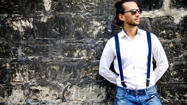 Bretelles sur un look « casual » jean et chemise blanche, idéal pour un dimanche après-midi