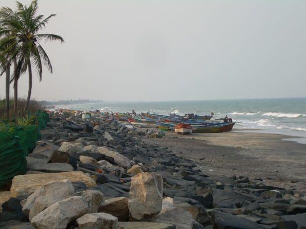 Plage de Tranquebar avec les bateaux de pêcheurs