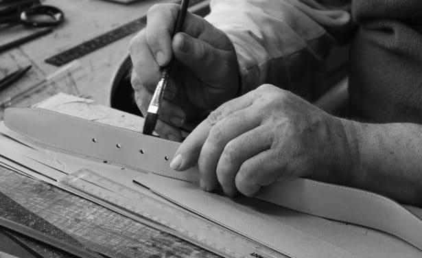 L'artisan maroquinier travaille toutes les ceintures et paires de bretelles à la main