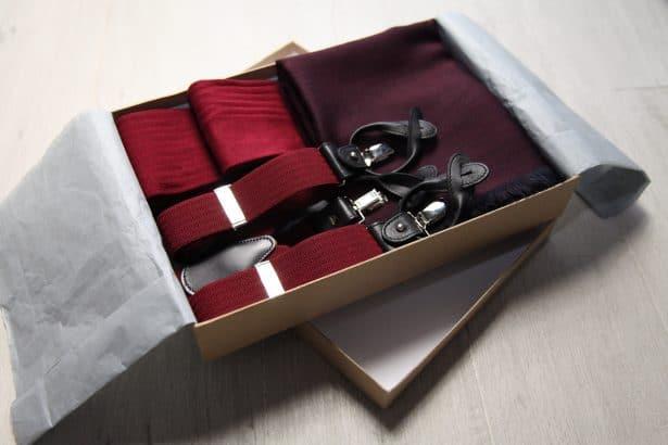 Coffret Bordeaux Hype : Bretelles clips ou boutons, étole en laine, 2 paires des chaussettes en fil d'Ecosse : 129€
