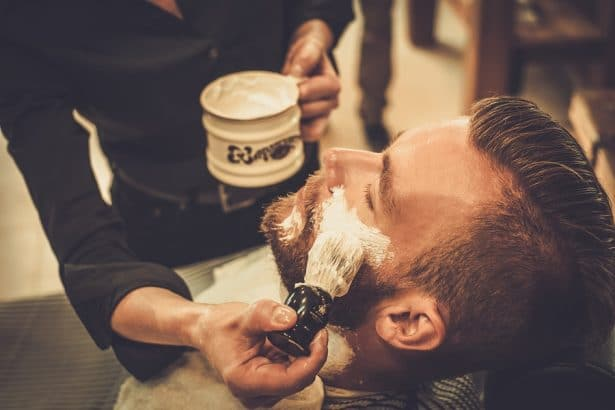Comment se raser au coupe-choux ? Application de la mousse
