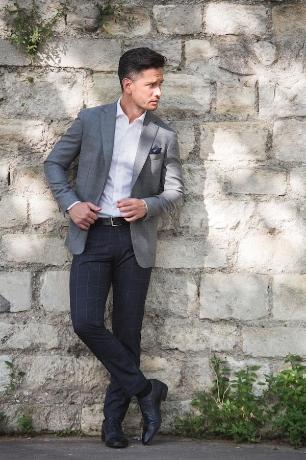 La veste grise et le pantalon bleu à carreaux sont fabriqués à partir d'un tissu léger signé VITALE BARBERIS CANONICO 100% Laine froide