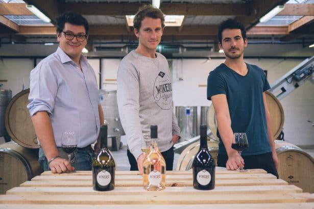 Trois Hommes Tendances à la Winerie Parisienne