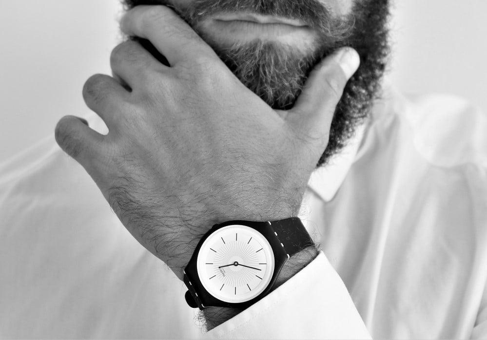 Montre SKINNOIR homme par Swatch - Bracelet noir, cadran noir et blanc - 105€ ©Lhommetedance.fr