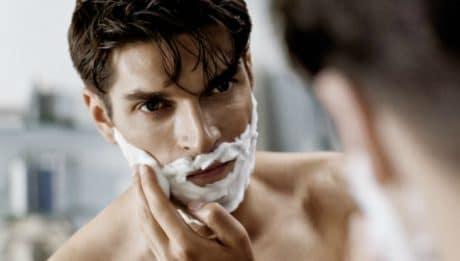 Comment bien se raser pour éviter les poils incarnés
