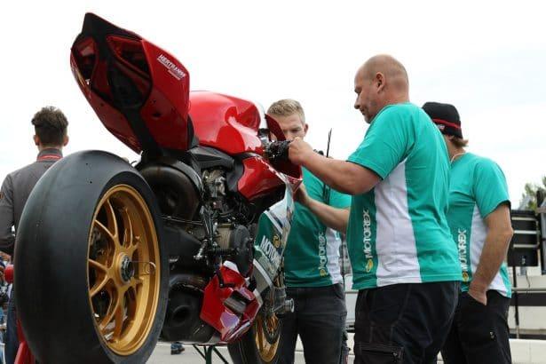Bol D'or 2017, les mécaniciens s'affèrent sur les motos avant le départ