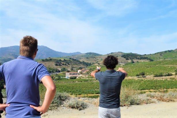 Emmanuel Cazes en pleine explication de son vignoble aux Clos de Paulilles - vins bio en roussillon