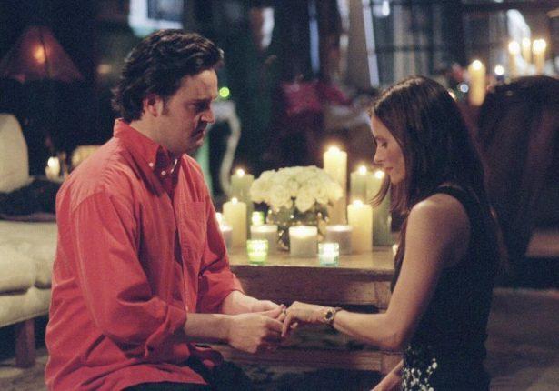 Friends-un-fan-recree-une-scene-pour-faire-sa-demande-en-mariage