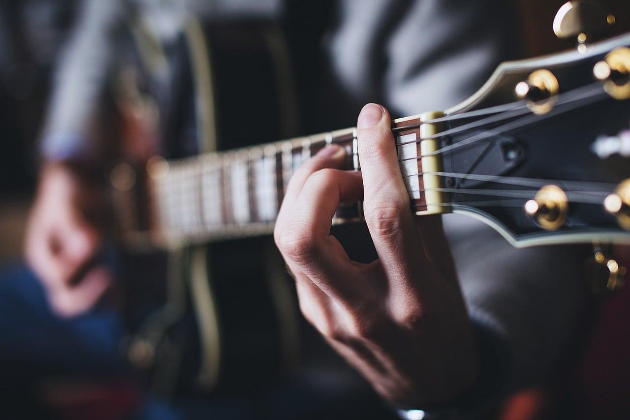 quelques conseils pour apprendre la guitare seul l 39 homme tendance. Black Bedroom Furniture Sets. Home Design Ideas