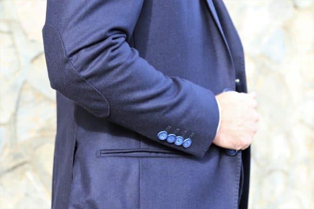 Coudières et boutons personnalisées sur le costume sur-mesure Goussette