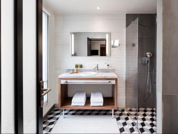 Une salle de bain tout confort à l'Hôtel Kapital Opéra Paris