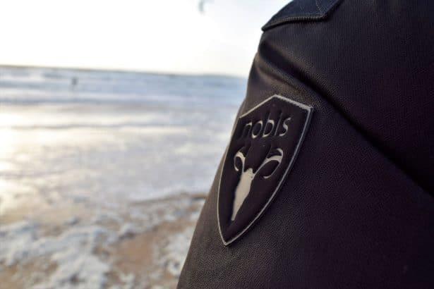Test parka Nobis modèle Parka Yatesy Noire au bord de l'eau