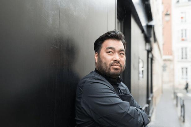 Le Chef Koji Higaki devant son restaurant L'Inconnu