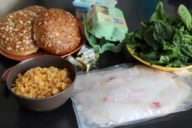 Mise en place des ingrédients sur le plan de travail pour la préparation du burger de Merlan