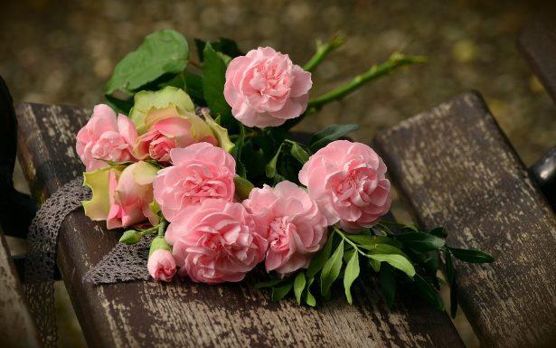 Offrir un bouquet de rose
