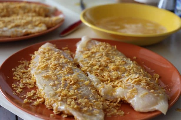 Le poisson est passé dans les œufs battus puis dans la chapelure de Corn flakes