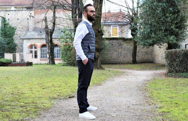 Look Uniqlo : chino noir slim fit, sneakers blanches, chemise blanche slim fit et doudoune sans manches ultra légère