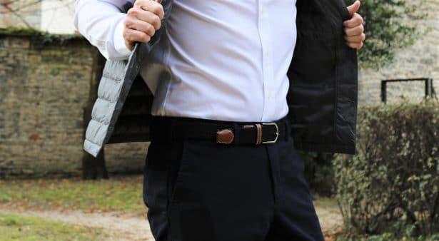 Look Uniqlo : chino noir slim fit, chemise blanche slim fit et doudoune sans manches ultra légère