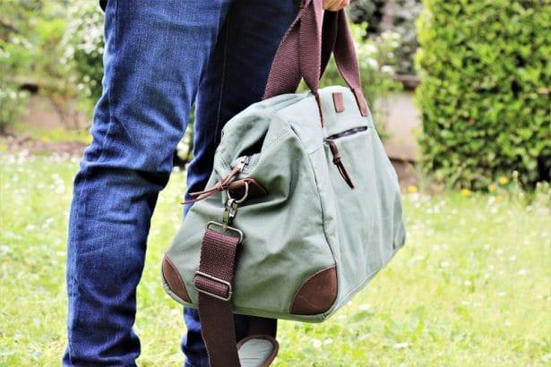 La tendance du kaki sur le sac de voyage