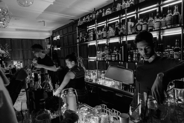 Le soir, l'endroit se transforme en bar a cocktails