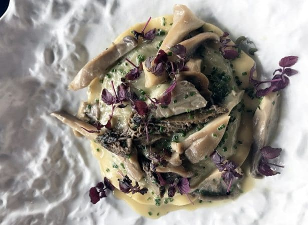 La superbe raviole de Chef Davide Calloni recouverte de champignons poéles