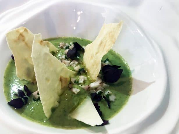 Un appétissant velouté de brocolis surplombé d'ornement et de tartare de poulpe - Les Foodies Paris