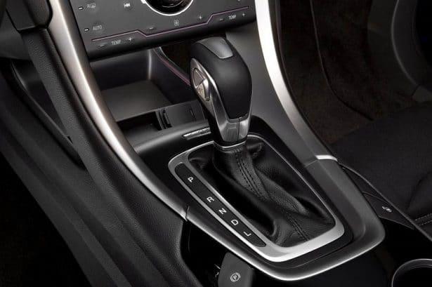 Une conduite simple grâce à la boîte automatique dans la Ford Mondeo Hybrid
