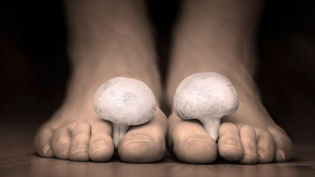 Les mauvaises odeurs qui viennent des pieds sont issues de la transpiration et des bactéries qui gravitent entre les doigts de pieds et sous les ongles par exemple