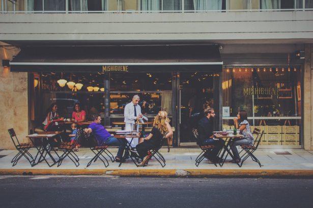 ville-accueillante-tourisme-café