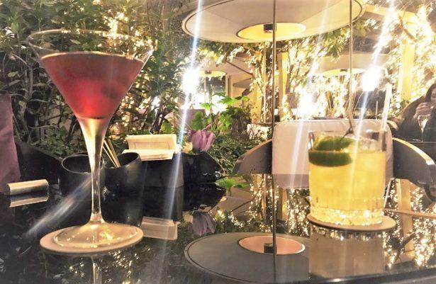 Dégustation de nos cocktails dans le jardin d'hiver du Mandarin Oriental
