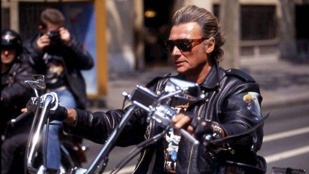 Comment garder une coupe de cheveux impeccable après avoir enlevé son casque de moto?