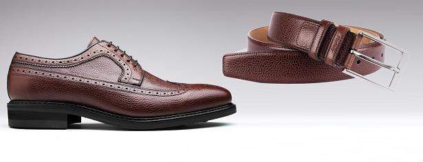 Associer chaussures et ceinture en cuir grainé