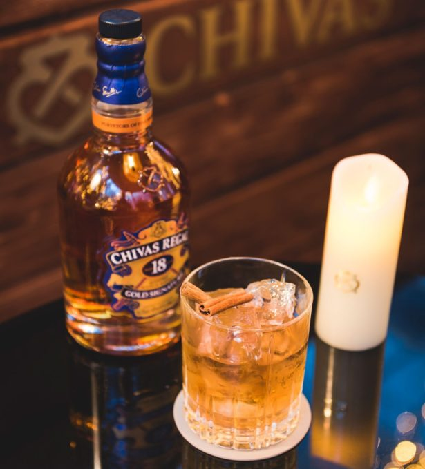 Cocktail Sweet Daisy : Chivas Regal 18 ans, sirop de cannelle, bitter cerise, liqueur butterscotch (chaud ou froid)