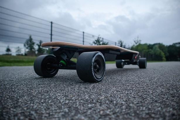 meilleurs-skateboards-électriques-615x410