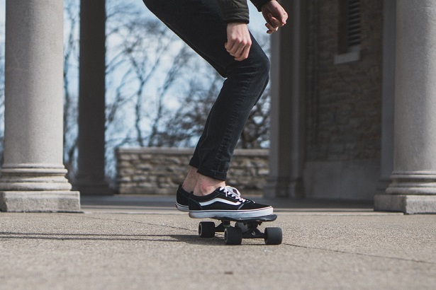 comment-porter-chaussures-sans-chaussettes-skateboard-615x410